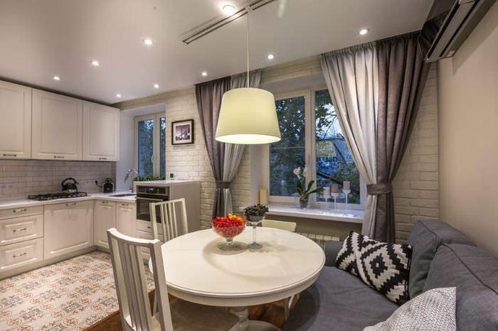 Дизайн кухни-гостиной с серыми шторами