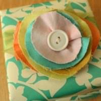 Украшение крышки коробки с помощью лоскутов ткани