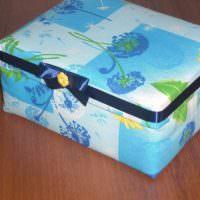 Синяя ленточка с бантиком на картонной коробке