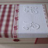 Вышивка из белых ниток на крышке коробки