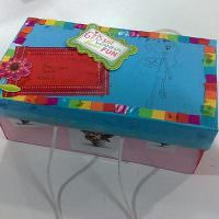 Простой декор коробки кусочками разноцветной бумаги