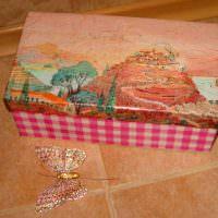 Декоративная бабочка рядом с картонной коробкой