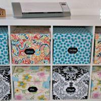 Комод с декоративными коробками пестрой раскраски