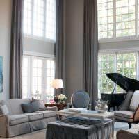 Черный рояль в гостиной с большими окнами