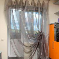 Легкий тюль на кухонном окне