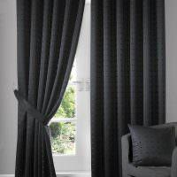 Окно с темно-серыми шторами прямого покроя