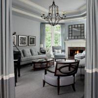 Камин в гостиной с серыми стенами