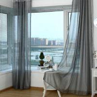 Кофейный столик у окна с легкими занавесками