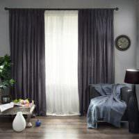 Белая тюль на окне с серыми гардинами