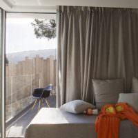 Дизайн небольшой спальни с серыми портьерами