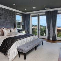 Серый потолок в просторной спальне