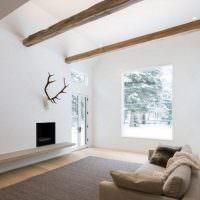 Деревянные балки в гостиной частного дома