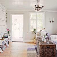 Белая гостиная с дверью в сад