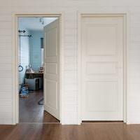Белые двери в коридоре частного дома