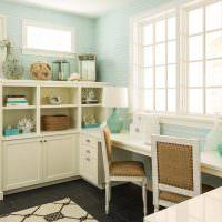 Белый стол перед окном в детской комнате