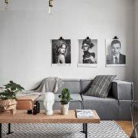 Монохромные фотографии на стене гостиной
