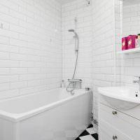 Белый кафель на стене ванной комнаты