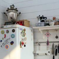 Небольшая полочка на стене около холодильника