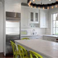 Салатовые стулья в кухне загородного дома