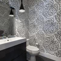 Обои с черным орнаментом на стене санузла