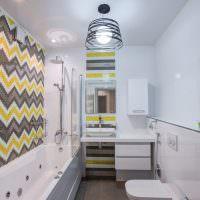 Яркий узор из мозаики на стене ванной