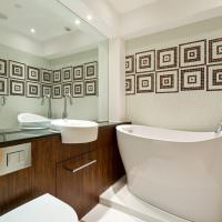 Современная ванна с высокими бортами