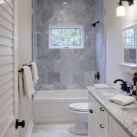 Окно в интерьере ванной частного дома
