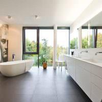 Интерьер ванной с большими окнами