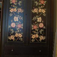 Черный шкаф с ярким цветочным рисунком