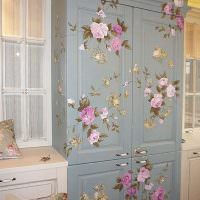 Цветочные орнаменты на деревянных дверках