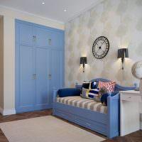 Голубой шкаф в гостиной комнате