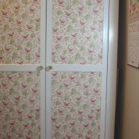 Пестрая ткань на филенчатых дверцах