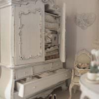 Винтажный шкаф в женской спальне
