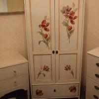 Небольшой шкафчик в винтажном стиле