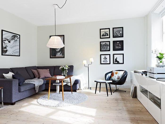 Декорирование картинами белой стены гостиной
