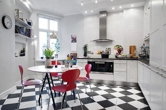 Яркие красные стулья в кухне скандинавского стиля