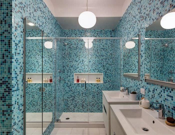 Голубая мозаика на стене современной ванной комнаты