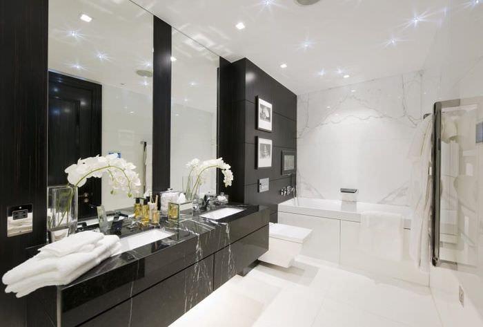 Черная плитка из натурального камня на стене ванной