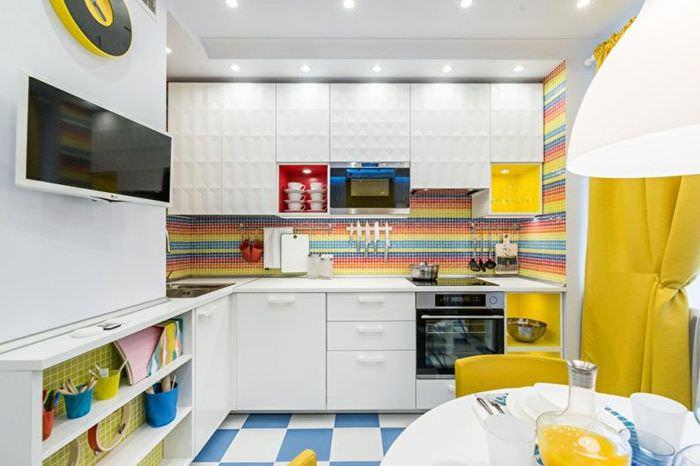 Встроенные точечные светильники в интерьере небольшой кухни