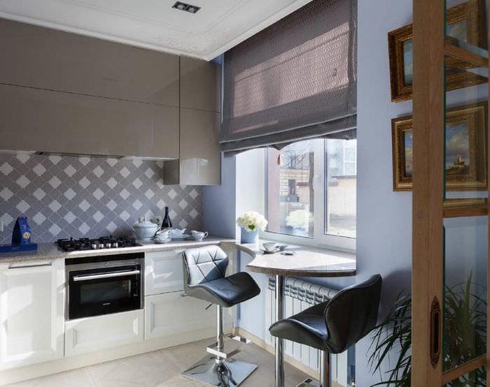 Серые подвесные шкафы в кухне с римскими шторами