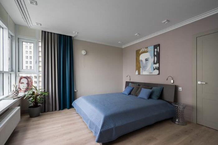Сочетание синих и серых занавесок в интерьере спальни