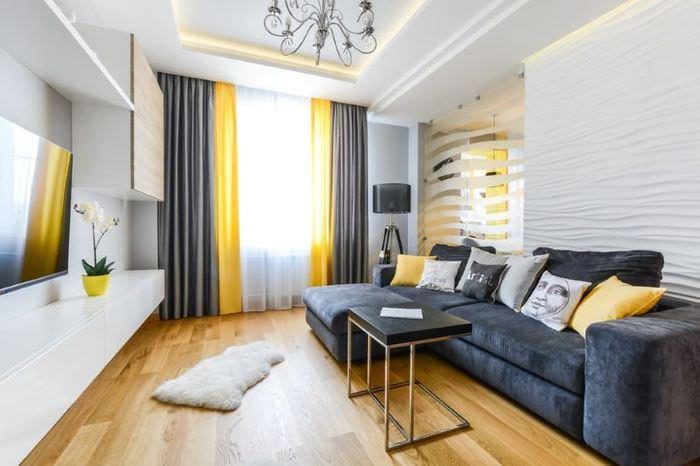 Сочетание желтых и серых штор в интерьере гостиной