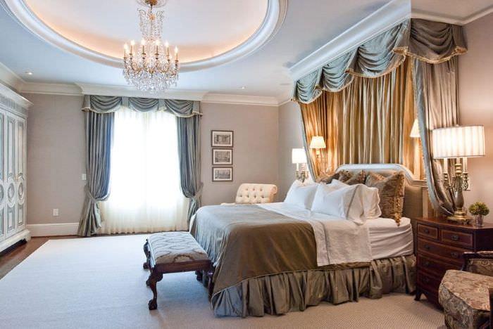 Спальня в классическом стиле с серыми шторами