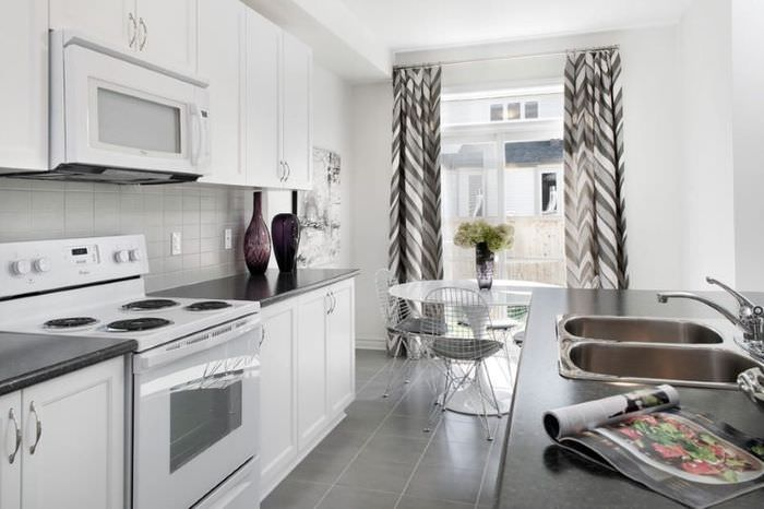 Интерьер кухни в современном стиле с серыми шторами