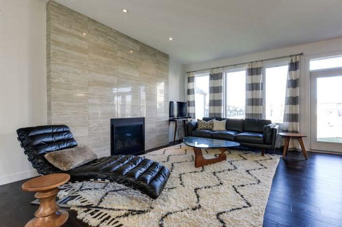 Интерьер большой гостиной со шторами в серую полоску