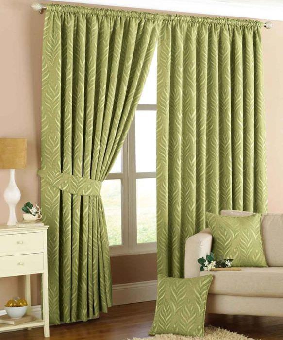 Зеленый текстиль в интерьере жилой комнаты