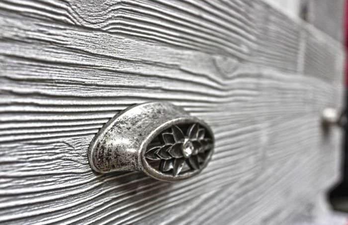 Искусственно состаренная деревянная панель старого шкафа