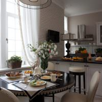 Интерьер кухни-гостиной с двумя окнами