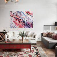 Картина с абстракцией в гостиной комнате