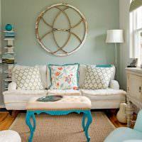 Белый диван с декоративными подушками